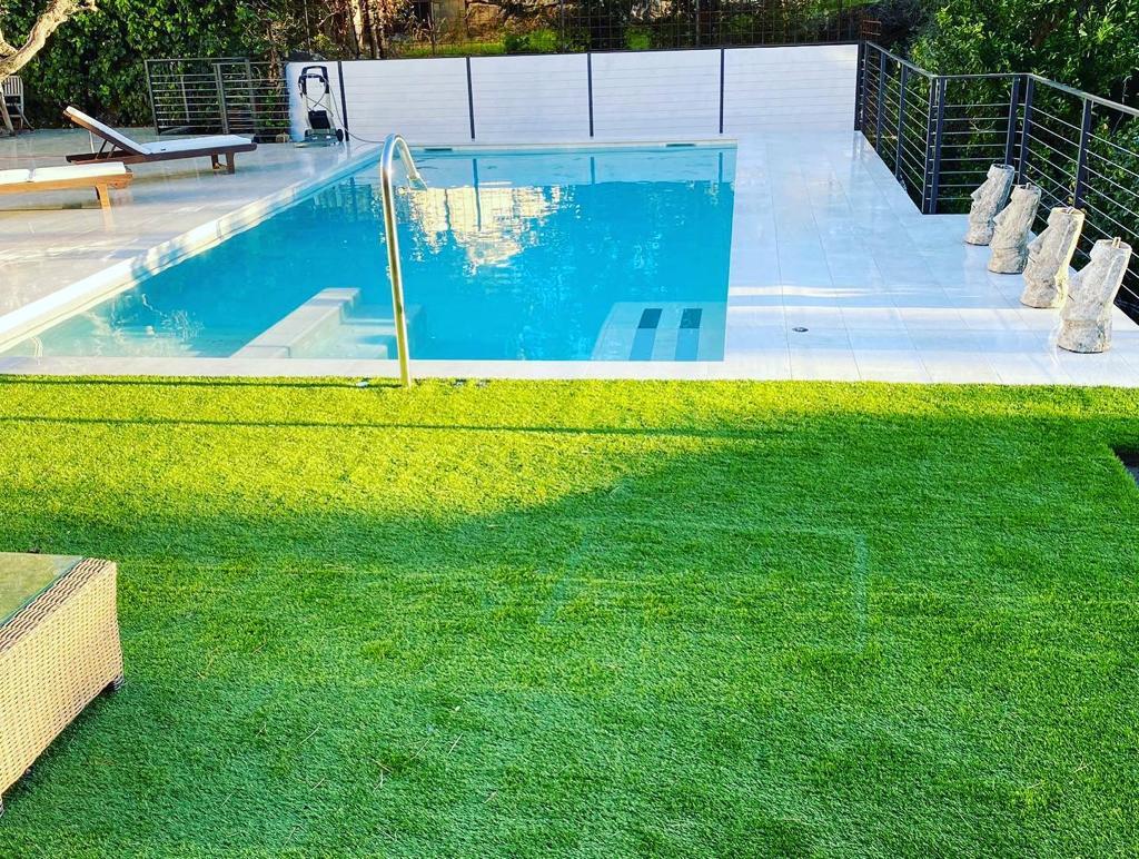 construcción de piscina con jacuzzi y cañon cervilaes ROSA GRES